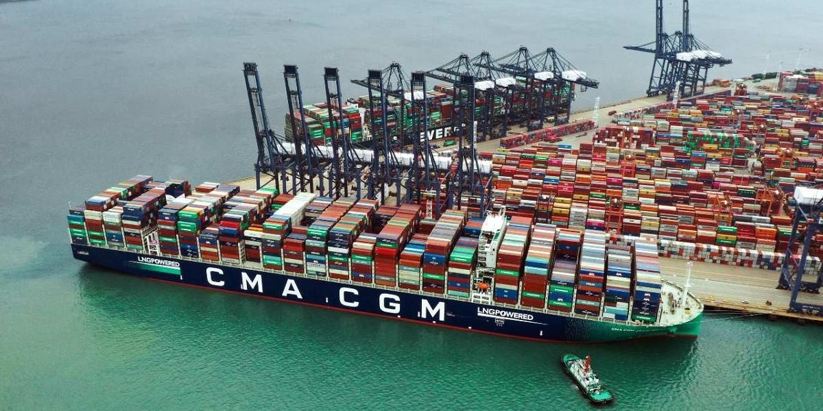 The CMA CGM Jacques Saadé has set a new world record for the number of full containers loaded on a single vessel image